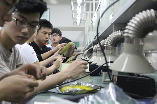 比赛中三人为一组,用led灯在电路板上焊出贺铸《青玉案·横塘路